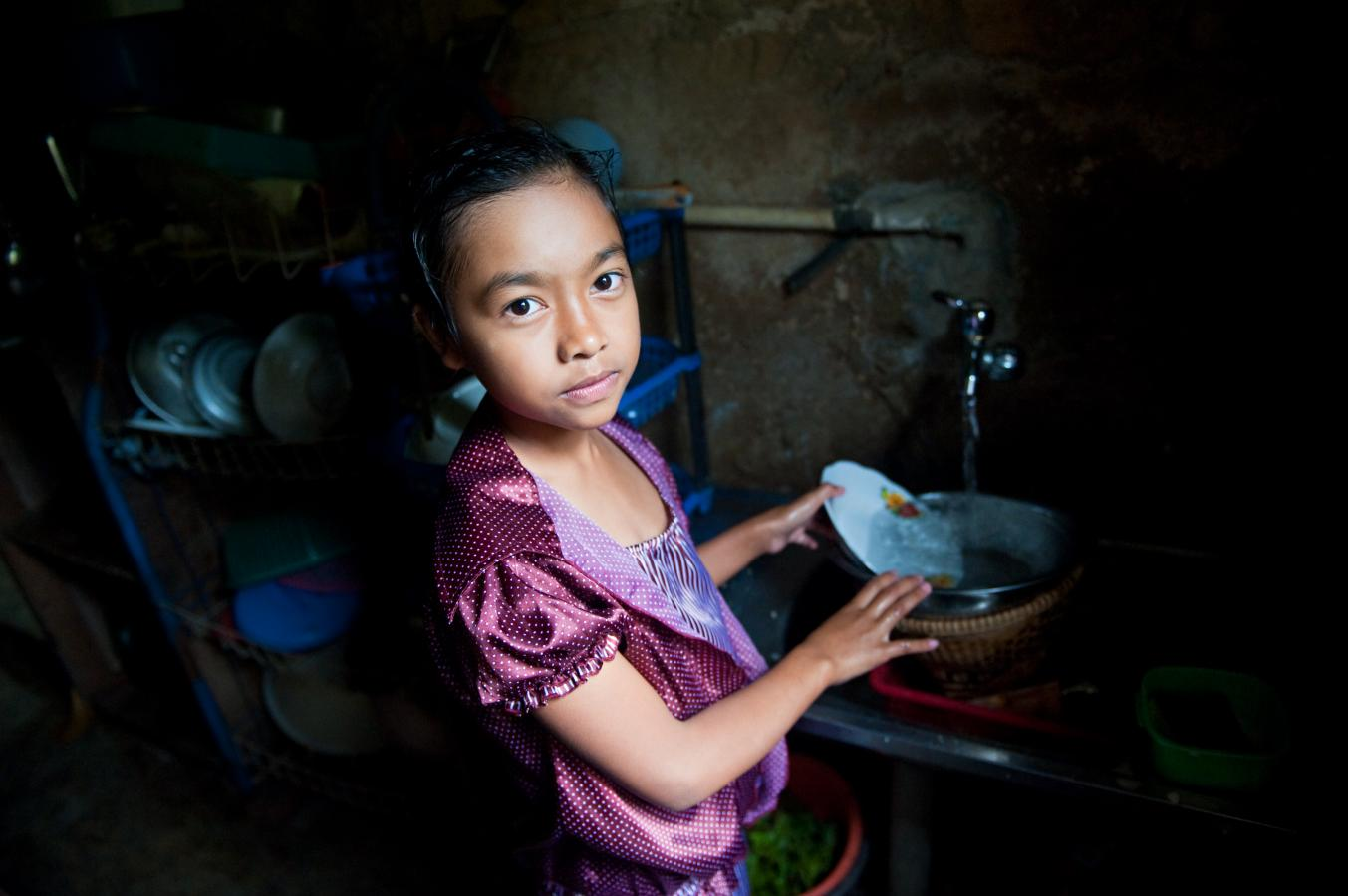 girl-doing-the-dishes-java-2010