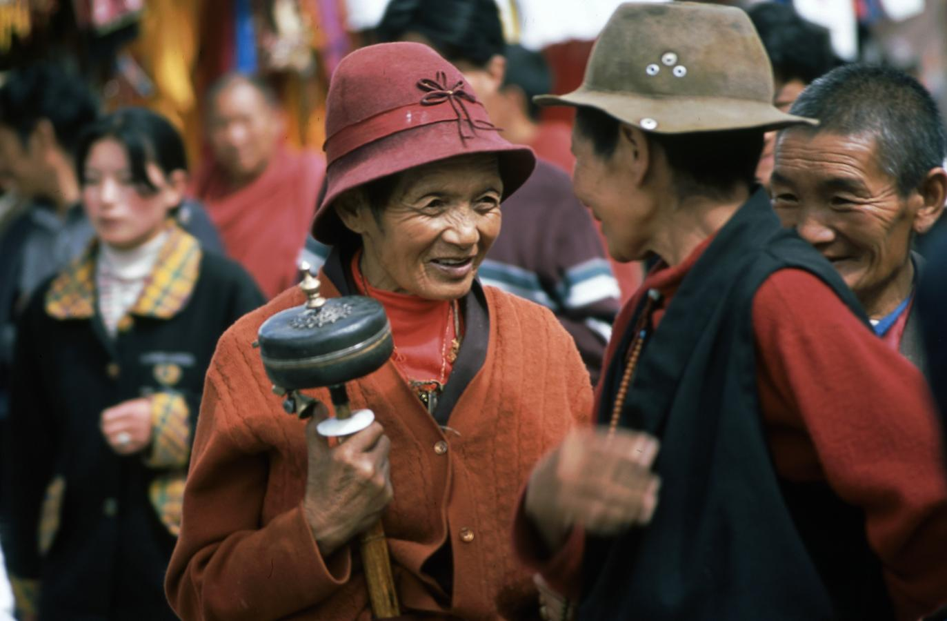 outside-the-jokhang-temple-lhasa-tibet-2000