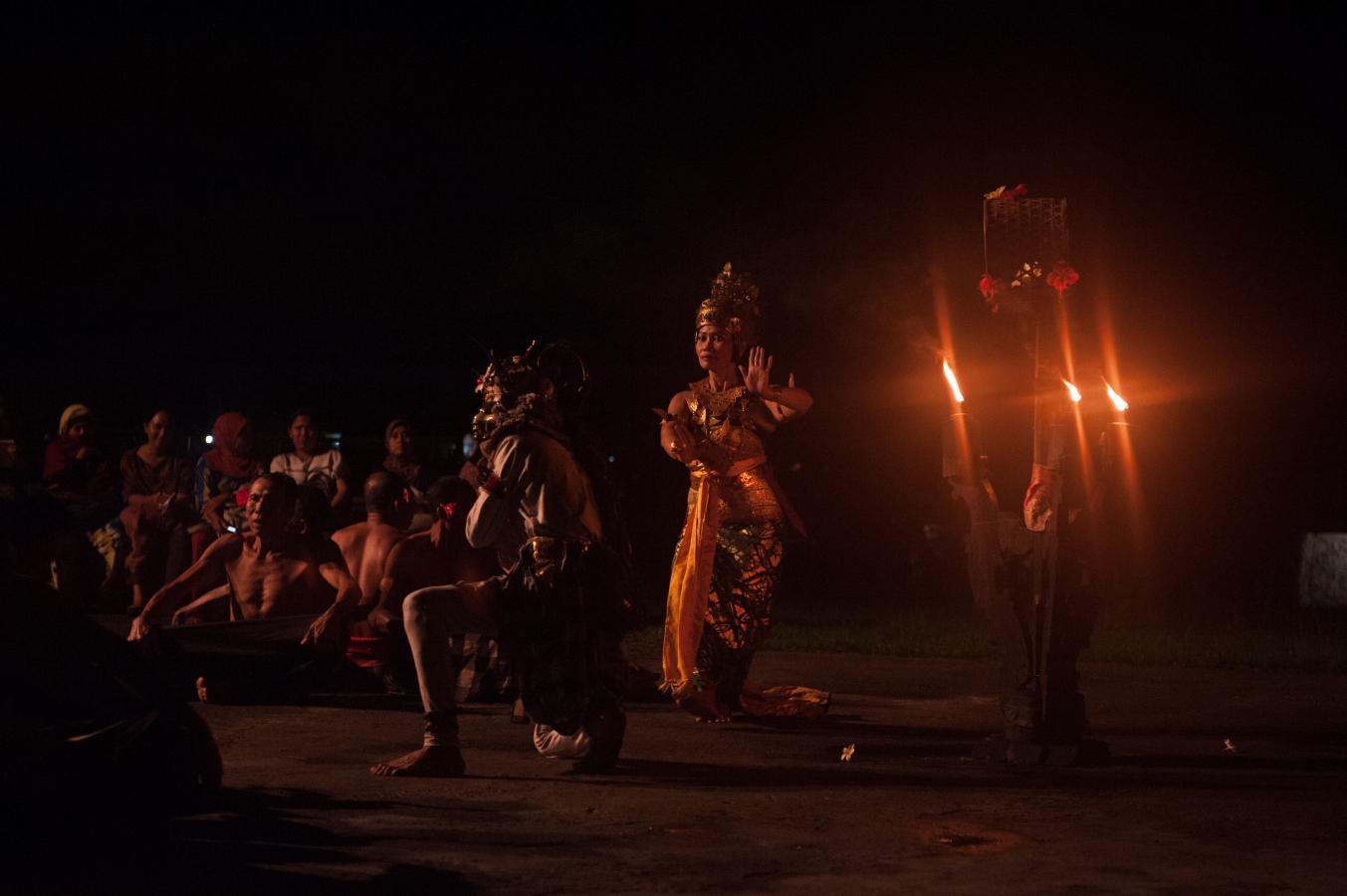 kecak-dance-near-tanah-lot-bali-2013-